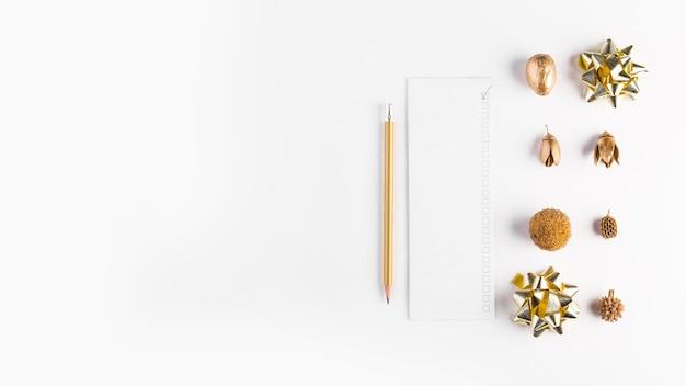 Papel perto de lápis e decorações