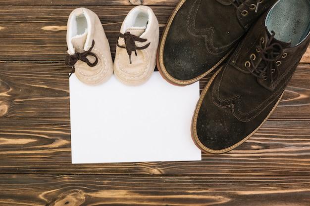 Papel perto de sapatos masculinos e infantis