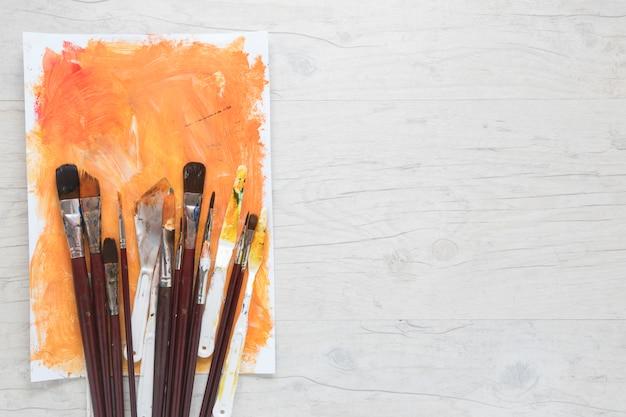 Papel pintado por pincéis e facas para arte