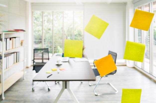 Papel post-it em papelão de vidro no escritório do projeto