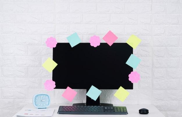 Papel post-it notas tela de computador em cima da mesa