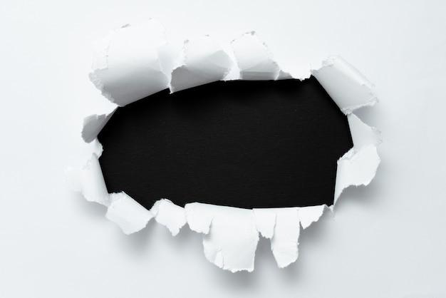 Papel rasgado abstrato mostrando a folha plana do conspecto do fundo apresentando outro pano de fundo bloco de contorno exibindo a nota quebrada da história real revelada por trás