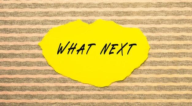 Papel rasgado amarelo com o texto que seguinte.