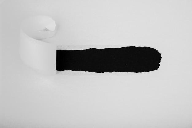 Papel rasgado branco com espaço em preto
