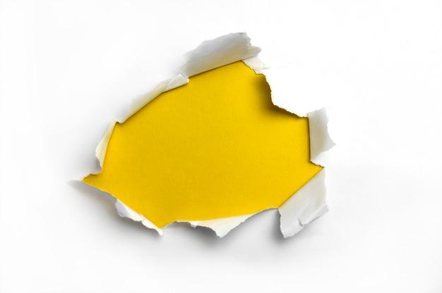 Papel rasgado branco em fundo amarelo