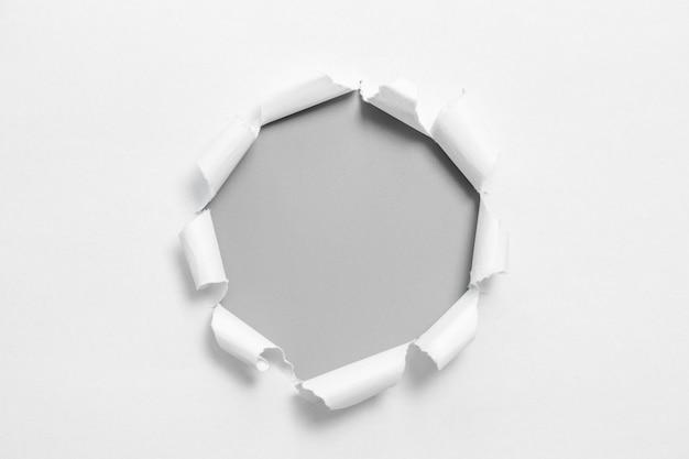 Papel rasgado branco no fundo cinzento. rasgo de papel de coleção