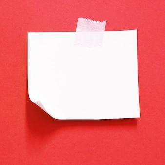 Papel rasgado com espaço de fita adesiva para sua mensagem