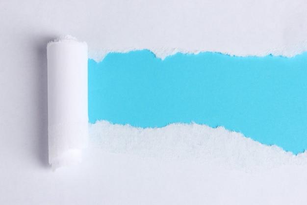 Papel rasgado com fundo azul
