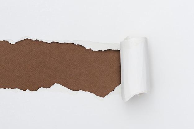 Papel rasgado com fundo branco simples artesanal