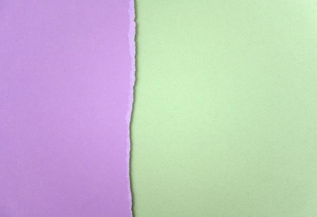 Papel rasgado de cor roxa clara e verde textura de fundo abstrato