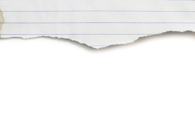 Papel rasgado em fundo branco e tem espaço de cópia para design em seu trabalho