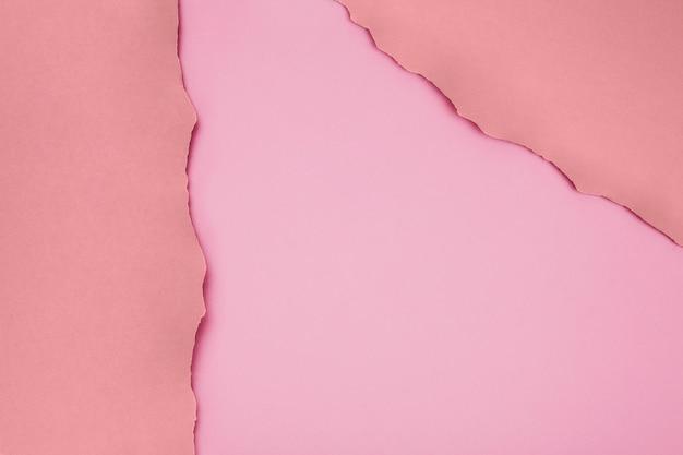 Papel rasgado em papel na matriz