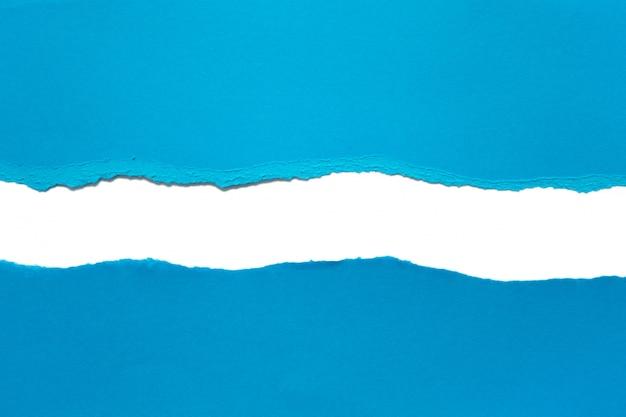 Papel rasgado, isolado no fundo branco
