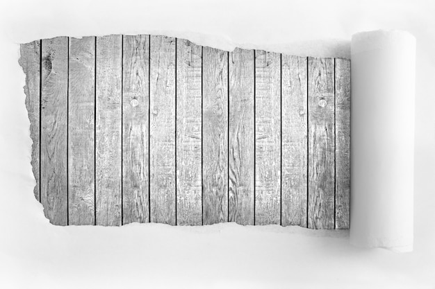 Papel rasgado no fundo da madeira