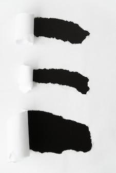 Papel rasgado revelando preto