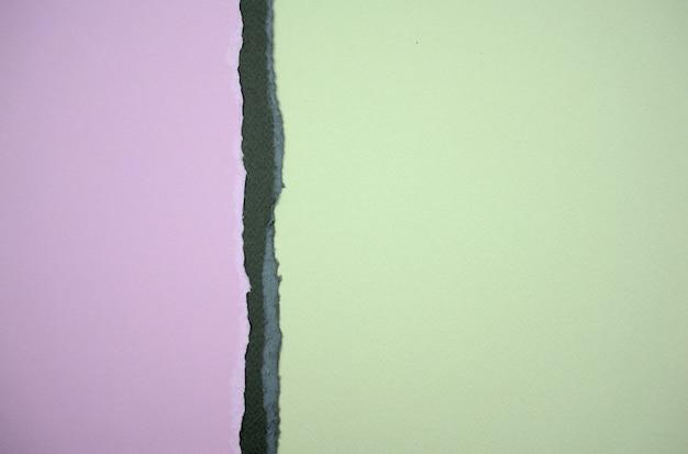 Papel rasgado roxo pastel roxo escuro e verde claro textura de fundo abstrato