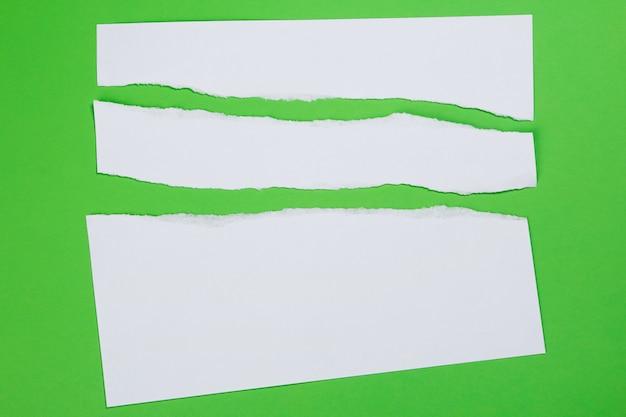 Papel rasgado sobre fundo verde