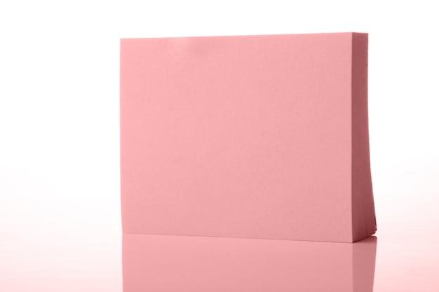 Papel rosa com reflexo no branco