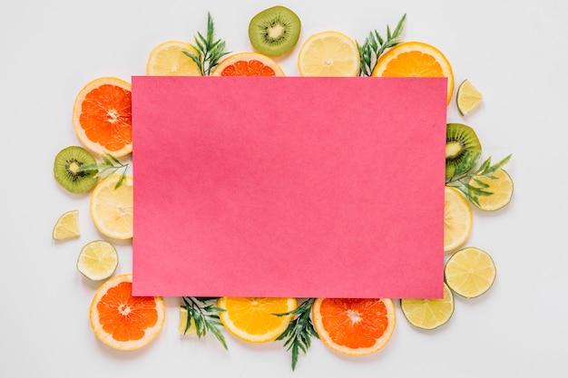 Papel rosa de deliciosos frutos fatiados
