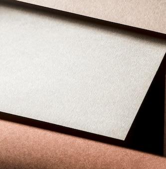 Papel texturizado branco em close-up com marca
