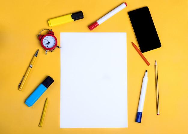 Papel vazio, lápis, capa, telefone, marcadores
