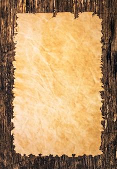 Papel velho nas pranchas de madeira