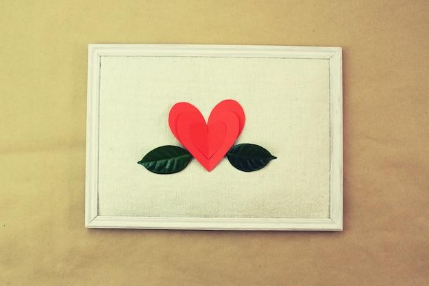Papel verde vermelho deixa o padrão de coração espaço de cópia superior da visão