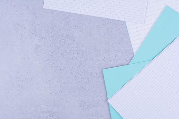 Papel verificado em branco e notas em cinza.