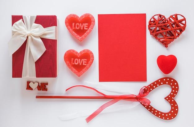 Papel vermelho com corações diferentes na mesa