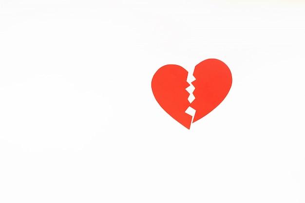 Papel vermelho coração partido. copyspace