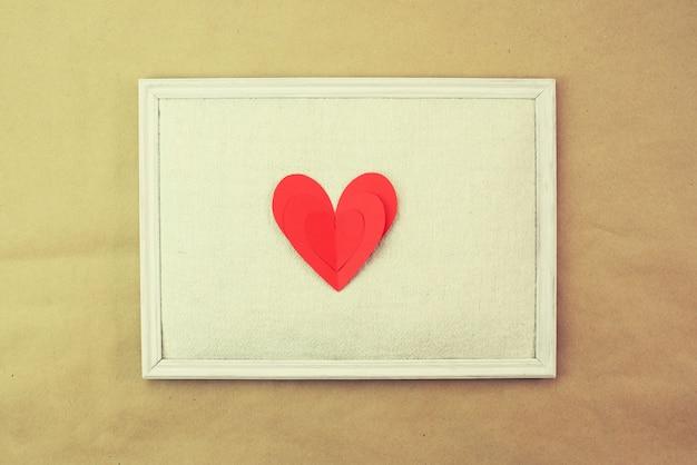 Papel vermelho coração pintura vista superior cópia espaço