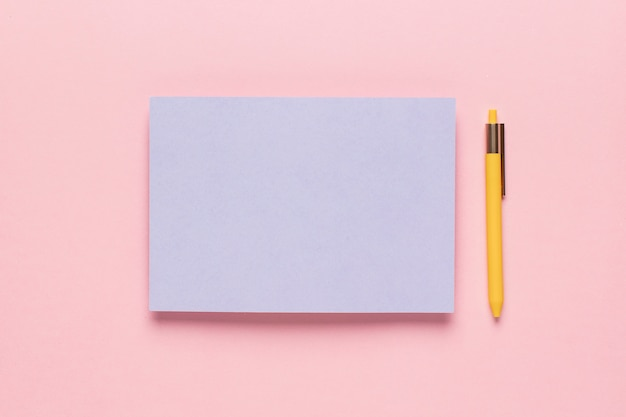 Papel violeta com lápis