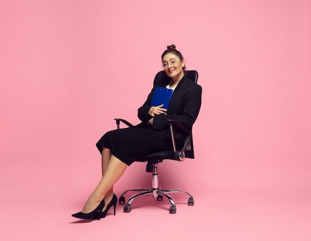 Papelada. jovem mulher em trajes de escritório. personagem feminina bodypositive, feminismo, amar a si mesma, conceito de beleza. mulher de negócios plus size, professora elegante, linda garota. inclusão, diversidade.