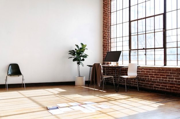 Papelada no chão de madeira no escritório
