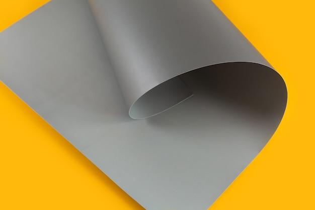 Papelão artesanal cinza e amarelo dobrado em cachos