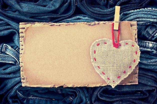 Papelão e um coração em fundo de jeans