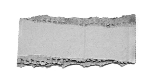 Papelão ondulado rasgado isolado no fundo branco