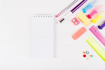 Papelaria colorida com pequeno bloco de notas