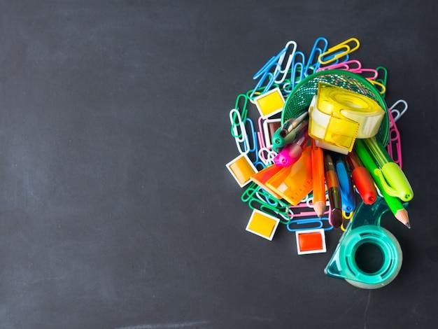Papelaria colorida volta ao conceito de escola no quadro-negro