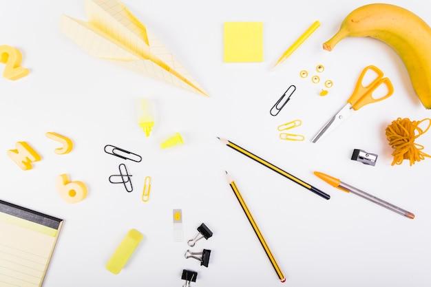 Papelaria da escola em cores amarelas e pretas