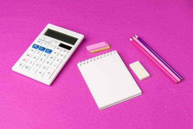 Papelaria da escola em um fundo rosa. voltar para material escolar criativo