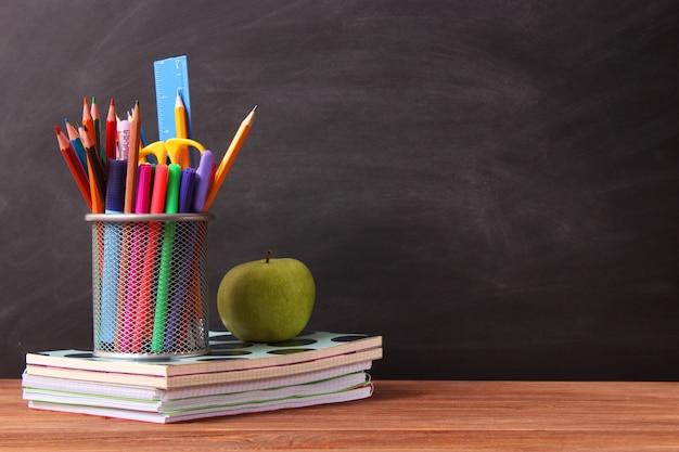 Papelaria escolar no fundo do conselho escolar