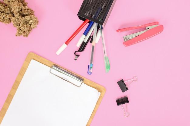 Papelaria para estudo isolado em fundo rosa