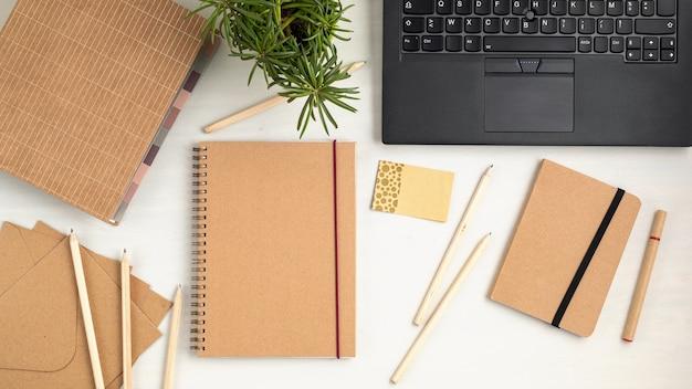 Papelaria reciclável e escritório ecologicamente correto, suprimentos sem plástico, organização de desktop para home office, trabalho de casa, ideia de negócio online