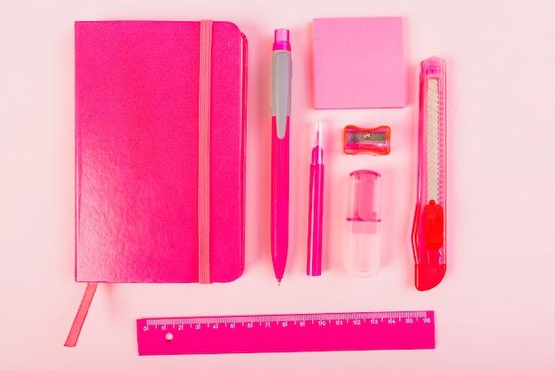 Papelaria rosa na mesa