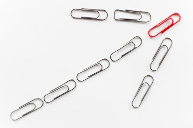 Paperclips de metal, forma de flecha para cima, vermelho em cima