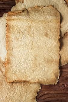 Papiro antigo em uma mesa de madeira, fundo vintage