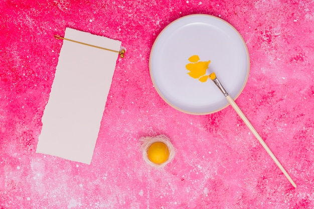 Papiro de moldura e ovo colorido de páscoa