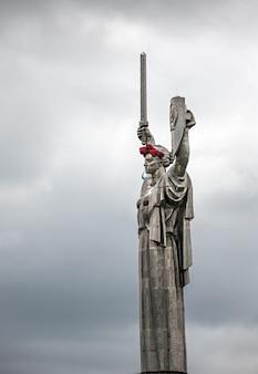 Papoilas de memória. o monumento mãe pátria decorado com uma coroa de papoulas no dia da memória e reconciliação em kiev, ucrânia