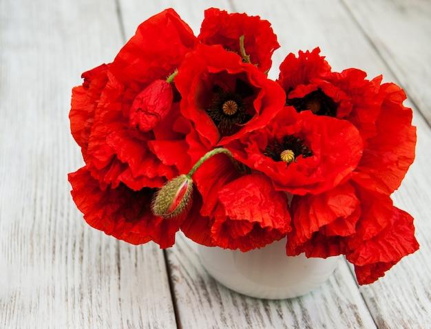 Papoilas vermelhas em um vaso